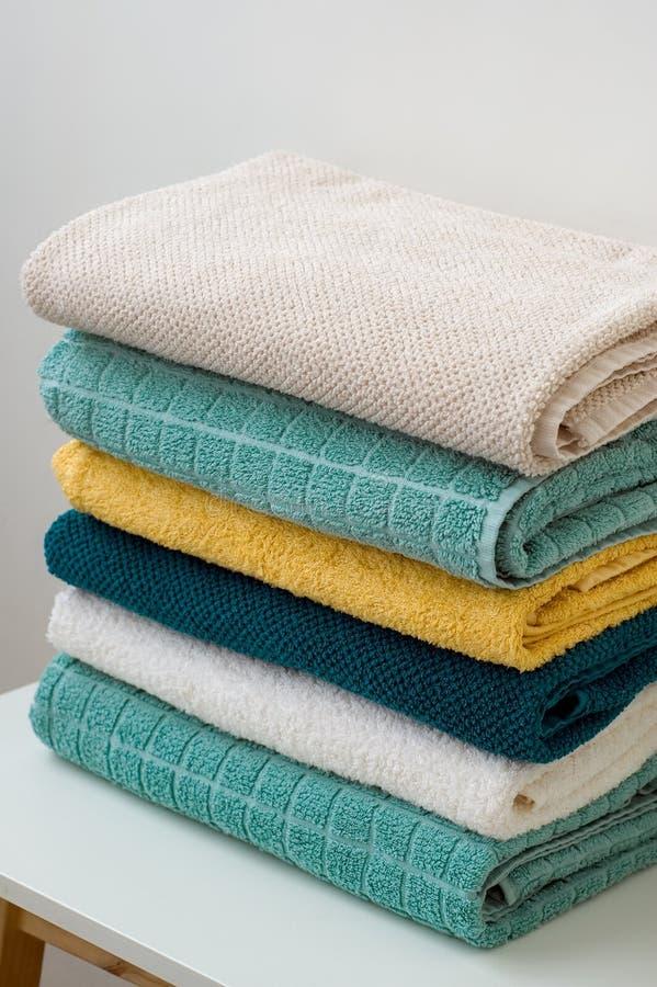 Pilha de toalhas de banho dobradas em uma tabela branca foto de stock royalty free
