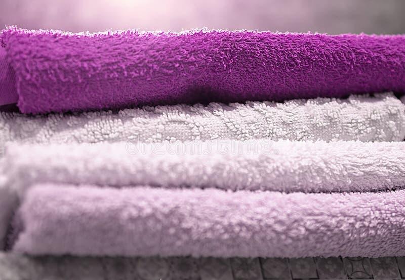 Pilha de toalhas de banho dobradas de Terry no banheiro, na higiene e na secagem da pele, close-up imagem de stock royalty free