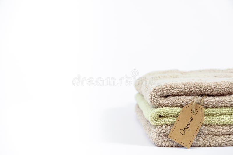 Pilha de toalhas de banho orgânicas do algodão no fundo branco imagens de stock royalty free