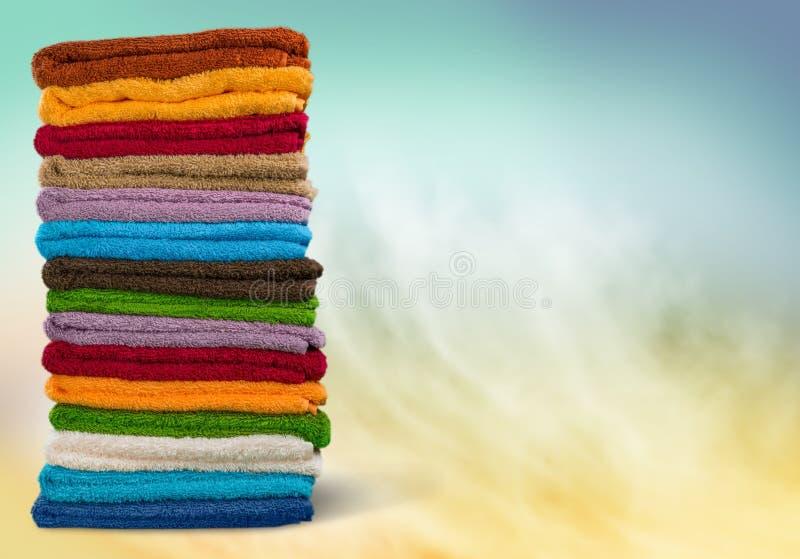 Pilha de toalhas coloridas macias na tabela fotografia de stock royalty free