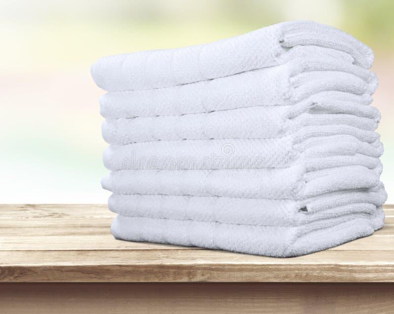 Pilha de toalhas coloridas macias na tabela imagens de stock royalty free