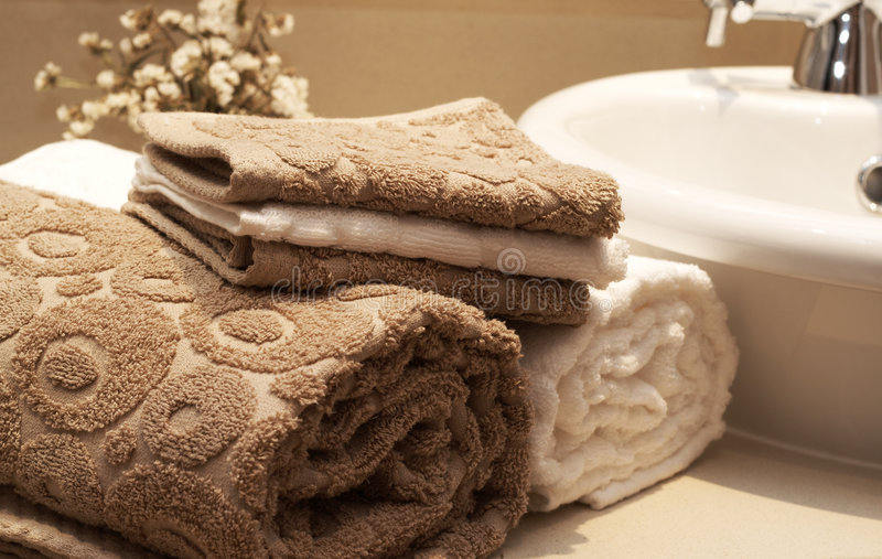 Pilha de toalhas coloridas no banheiro fotografia de stock