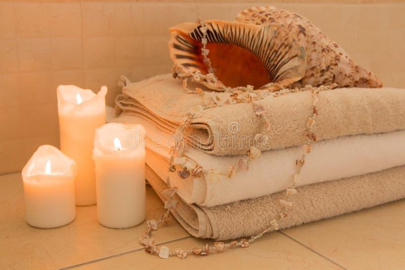 Pilha de toalhas com velas e shell imagens de stock royalty free