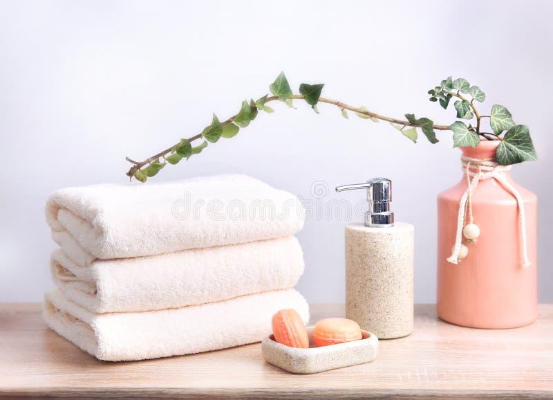 Pilha de toalhas dobradas Objetos do banheiro Artigos do cuidado do corpo imagem de stock