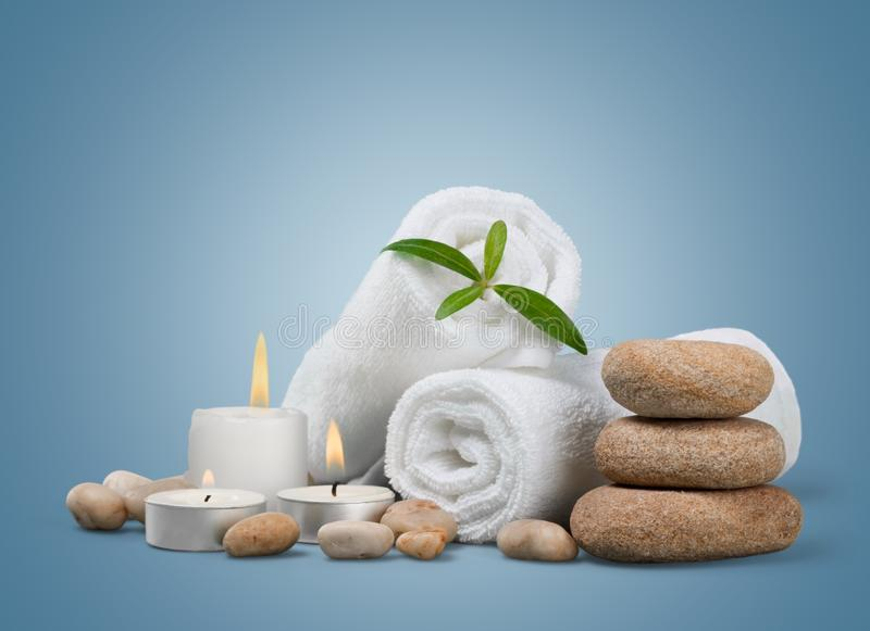 Pilha de toalhas macias com as pedras do zen na luz foto de stock