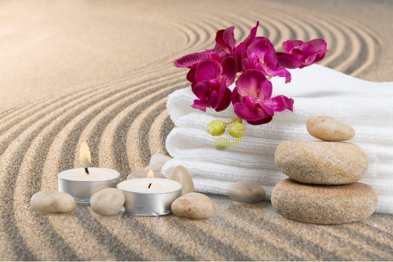 Pilha de toalhas macias com as pedras do zen na luz imagens de stock royalty free
