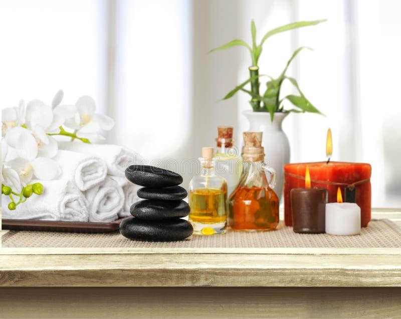 Pilha de toalhas macias com as pedras do zen na luz foto de stock royalty free