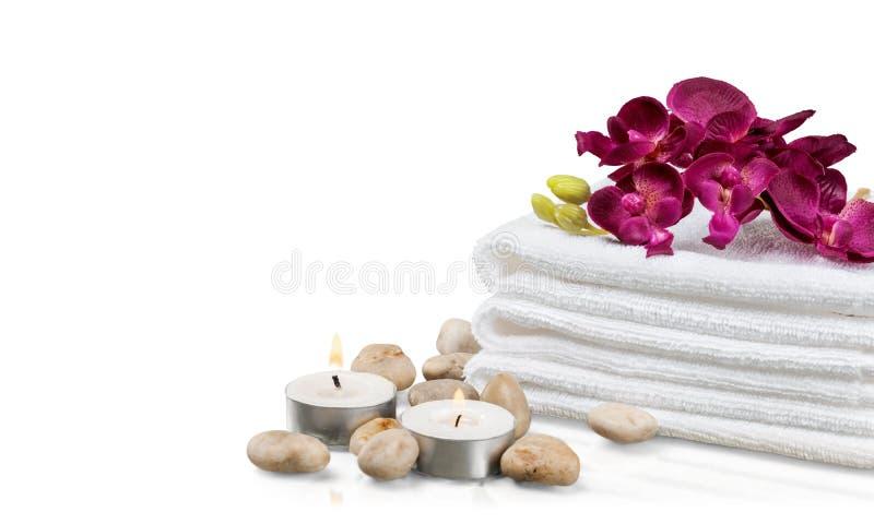 Pilha de toalhas macias com as pedras do zen no branco foto de stock royalty free
