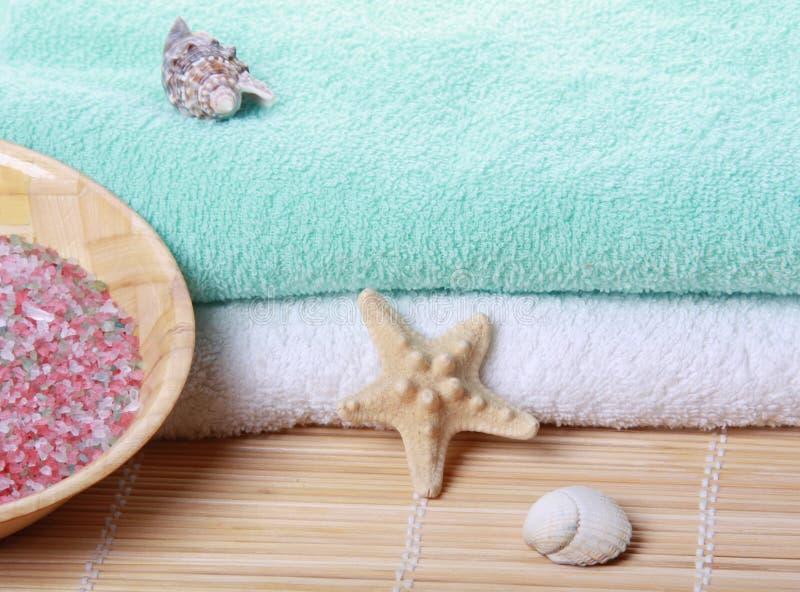 Pilha de toalhas macias com starfish fotos de stock