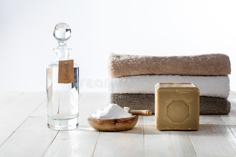 A pilha de toalhas macias limpas lavou com detergente para a roupa verdes fotografia de stock