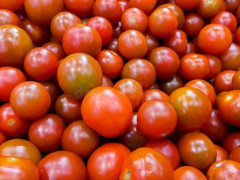 Pilha de tomates de cereja crus frescos para a venda foto de stock