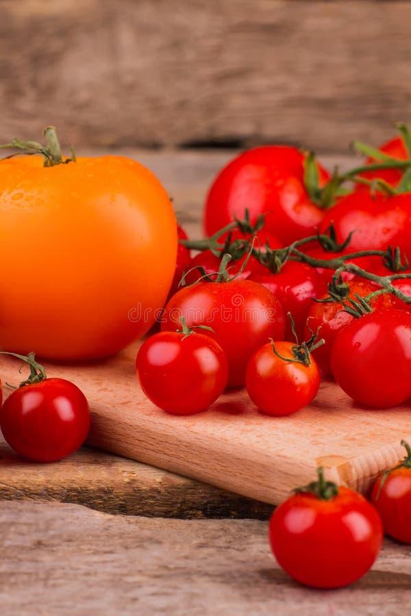 Pilha de tomates lavados na tabela imagem de stock