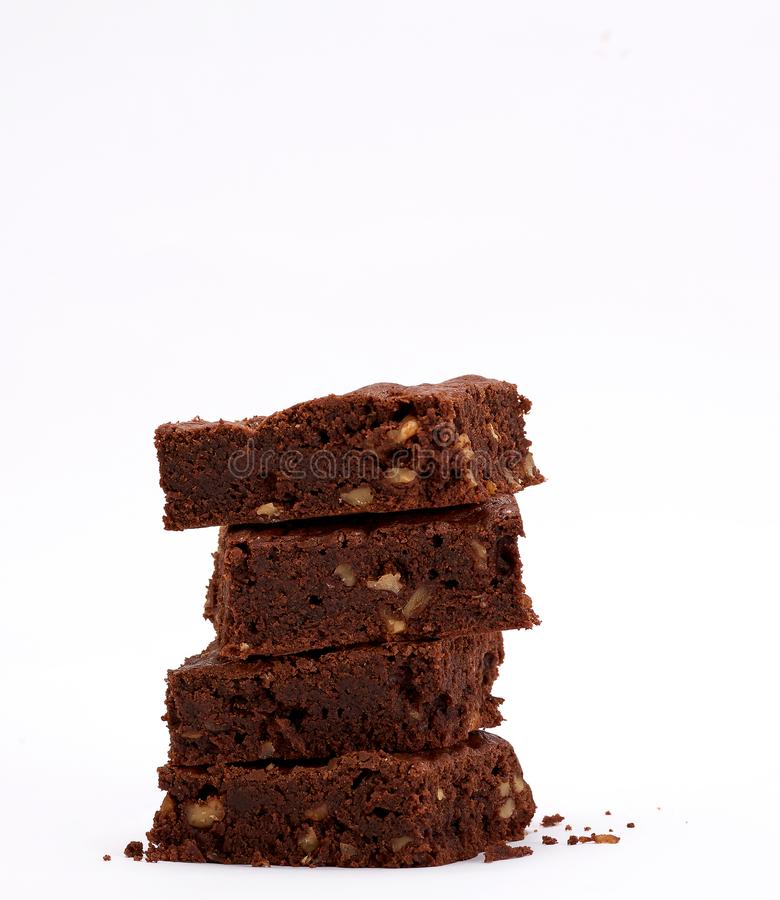 pilha de torta quadrada cozida dos pedaços de chocolate da brownie com nozes imagem de stock
