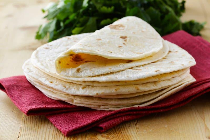 Pilha de tortilhas caseiros da farinha de trigo inteiro fotos de stock royalty free