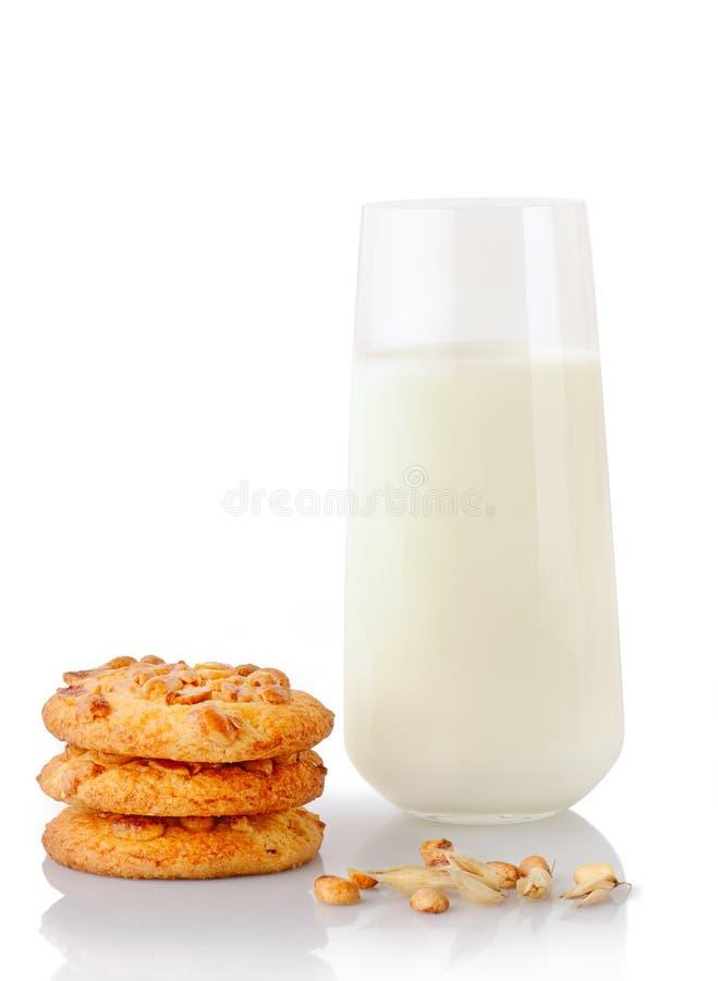 Pilha de três cookies de manteiga caseiros do amendoim, de amendoins, de orelha da aveia e de vidro do leite fotos de stock