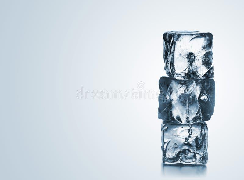 Pilha de três cubos de gelo azuis com copyspace fotos de stock