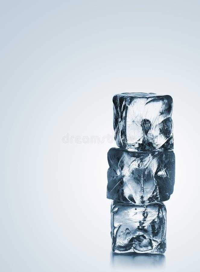 Pilha de três cubos de gelo azuis com copyspace imagens de stock royalty free