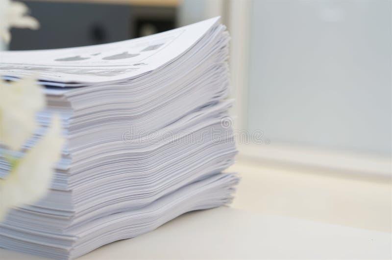 Pilha de trabalho de papéis no escritório foto de stock royalty free