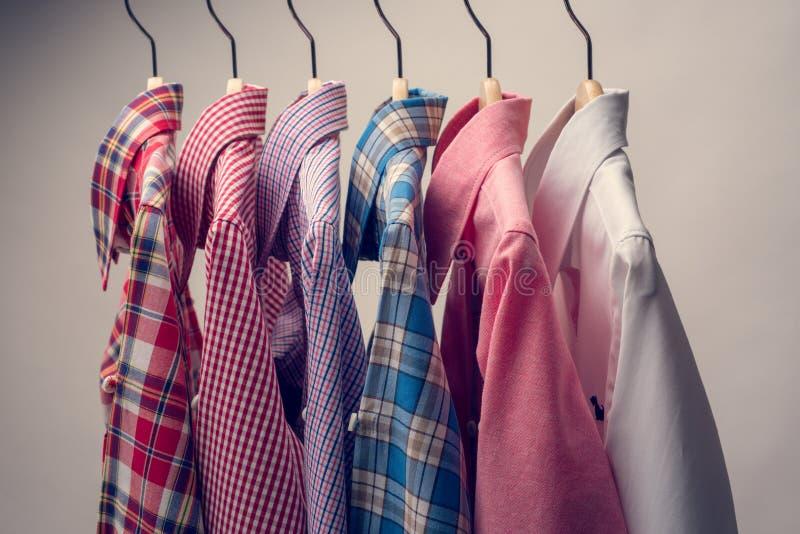 Pilha de várias camisas do ` s dos homens da manta fotografia de stock