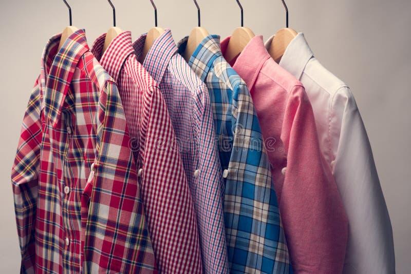 Pilha de várias camisas do ` s dos homens da manta imagens de stock royalty free