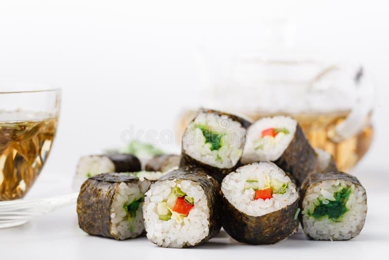 A pilha de vários tipos do sushi serviu na pedra preta fotografia de stock royalty free