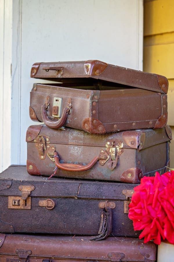 Pilha dilapidada velha das malas de viagem fotos de stock