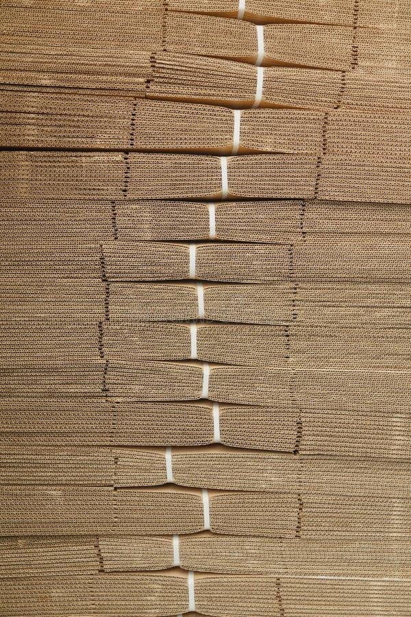 Pilha do cartão na textura do cartão ondulado fotografia de stock royalty free