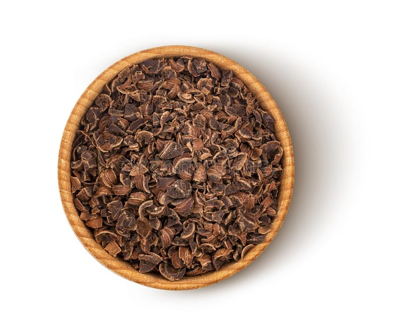 Pilha do chocolate à terra na bacia de madeira isolada no fundo branco com trajeto de grampeamento, vista superior imagens de stock royalty free