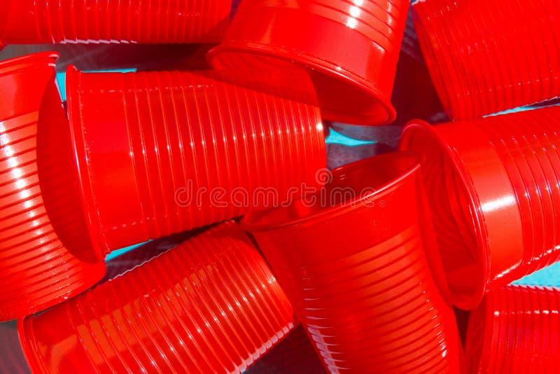 Pilha do copo bebendo plástico vermelho no fundo azul Da natureza plástico-livre das alternativas da proteção ambiental vida amig imagem de stock