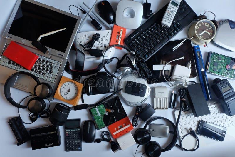 Pilha do desperdício eletrônico usado no fundo branco fotos de stock