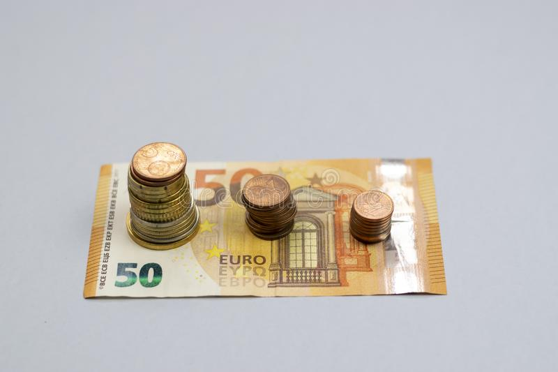 A pilha do dinheiro intensifica o dinheiro crescente da economia do crescimento, investimento empresarial financeiro do conceito foto de stock
