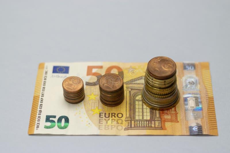 A pilha do dinheiro intensifica o dinheiro crescente da economia do crescimento, investimento empresarial financeiro do conceito fotografia de stock