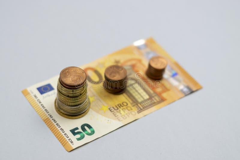 A pilha do dinheiro intensifica o dinheiro crescente da economia do crescimento, investimento empresarial financeiro do conceito fotografia de stock royalty free