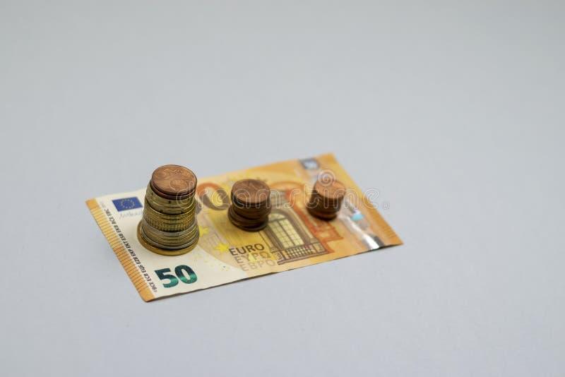 A pilha do dinheiro intensifica o dinheiro crescente da economia do crescimento, investimento empresarial financeiro do conceito foto de stock royalty free