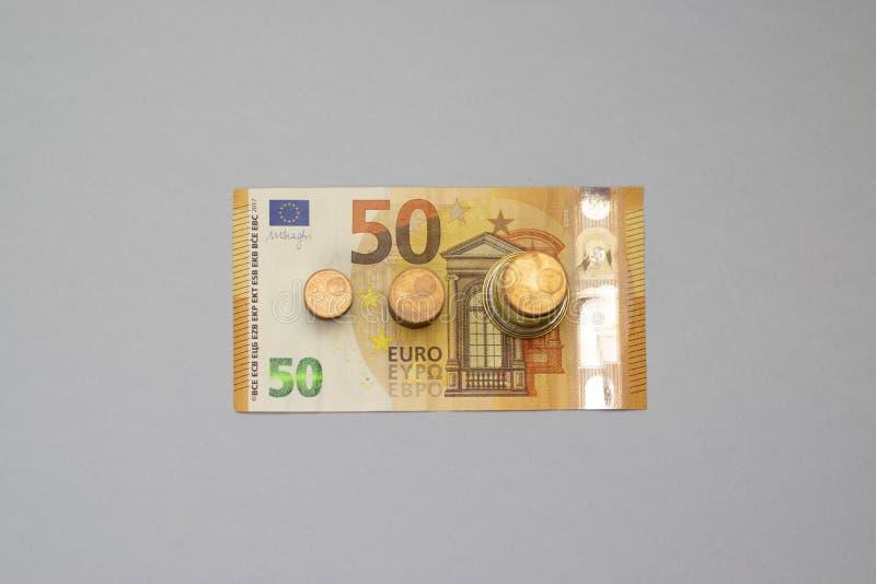 A pilha do dinheiro intensifica o dinheiro crescente da economia do crescimento, investimento empresarial financeiro do conceito imagens de stock