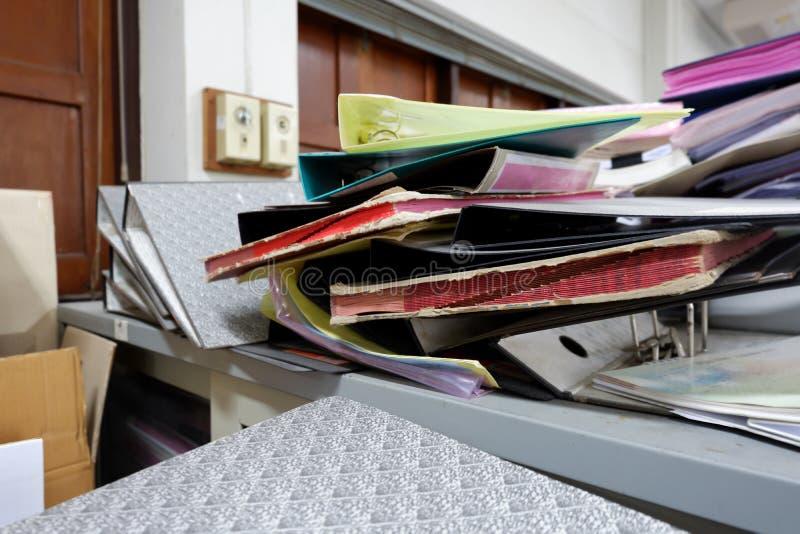 Pilha do dobrador no armário fotografia de stock royalty free