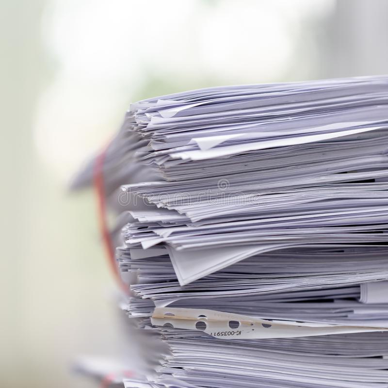 Pilha do documento na mesa de escritório, pilha de papel de negócio na tabela com borrado da sala de reunião imagens de stock