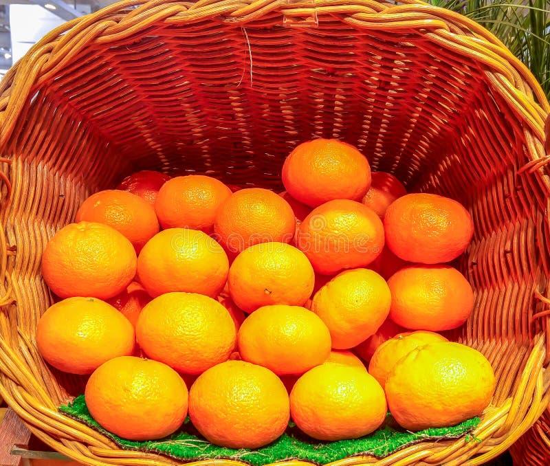 Pilha do fruto alaranjado na cesta grande usada como o molde imagem de stock royalty free