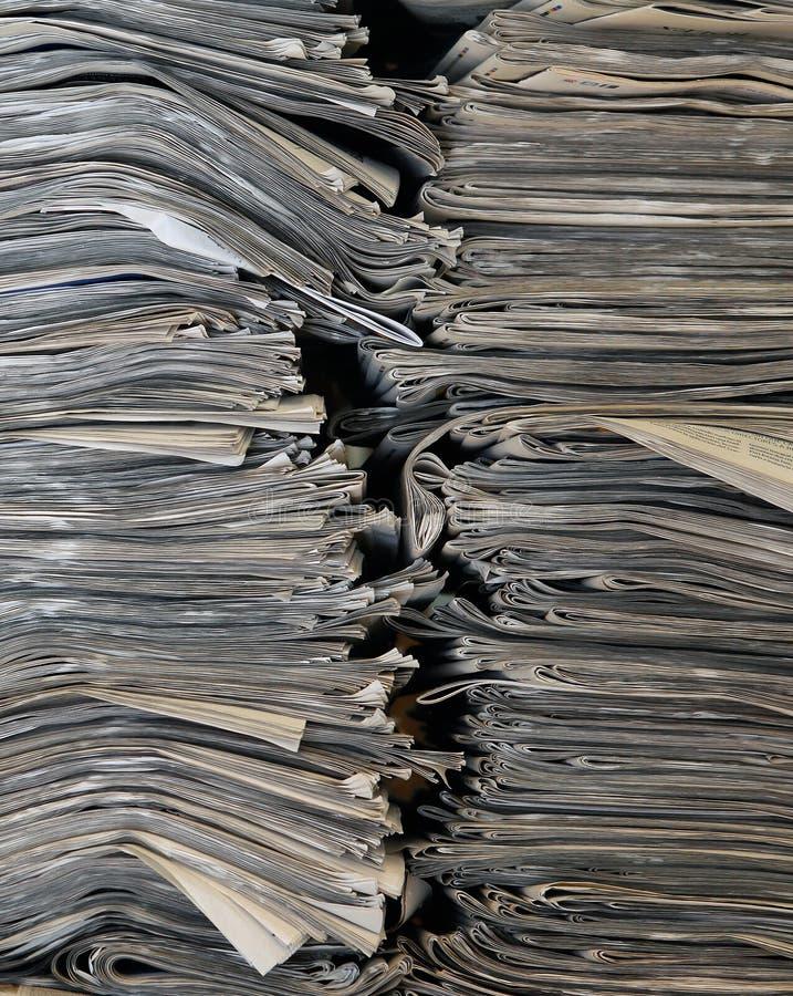Pilha do fundo do vertical dos jornais imagens de stock royalty free