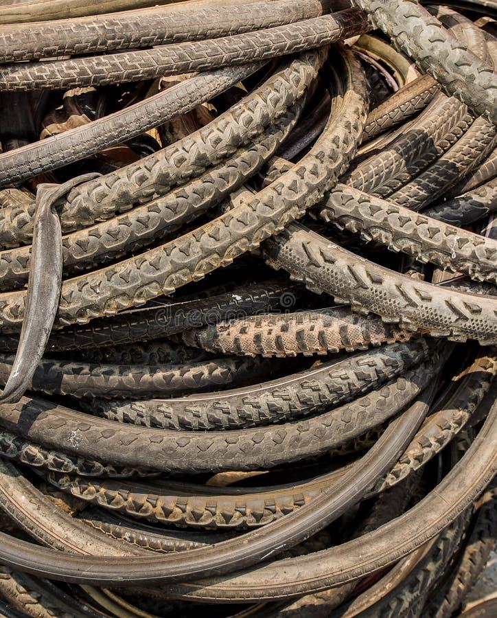 A pilha do gastado bike pneus foto de stock royalty free