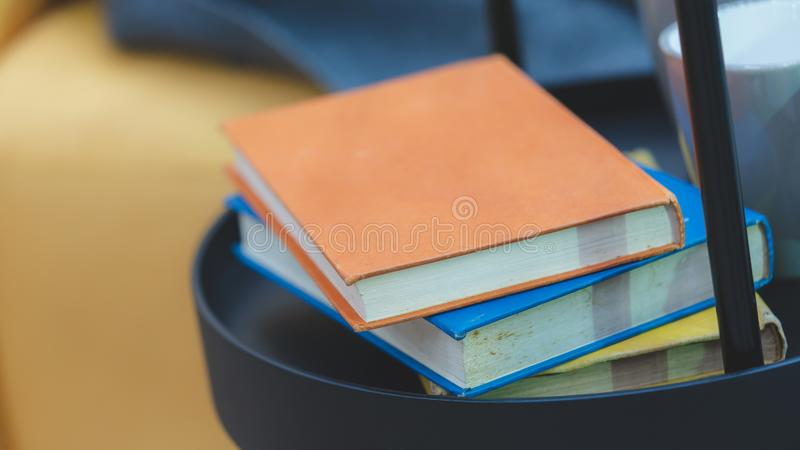 Pilha do livro no suporte da prateleira do metal fotografia de stock