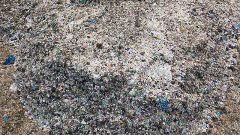 A pilha do lixo na descarga ou na operação de descarga de lixo, caminhões de lixo da vista aérea descarrega o lixo a uma operação imagem de stock royalty free
