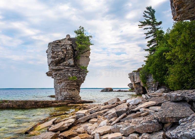 Pilha do mar na ilha do vaso de flores imagens de stock