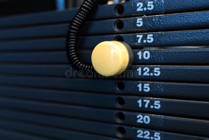 Pilha do peso em um gym Equipamento do Gym imagem de stock royalty free