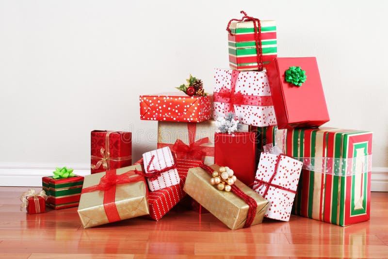 Pilha do presente em um assoalho foto de stock