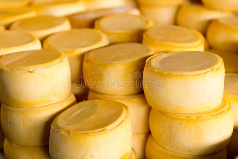 Pilha do queijo do Peru no mercado do queijo de Cusco foto de stock