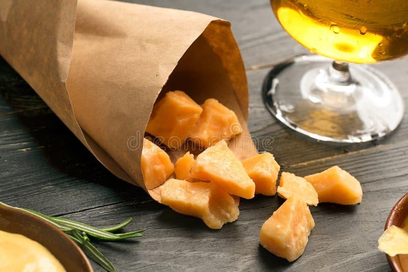 Pilha do queijo e do vidro da cerveja fotografia de stock
