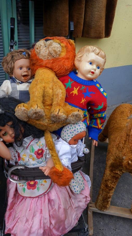 A pilha do ` s das crianças brinca em um mercado imagens de stock
