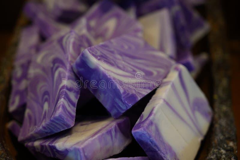 Pilha do sabão da alfazema do corte da mão fotos de stock royalty free