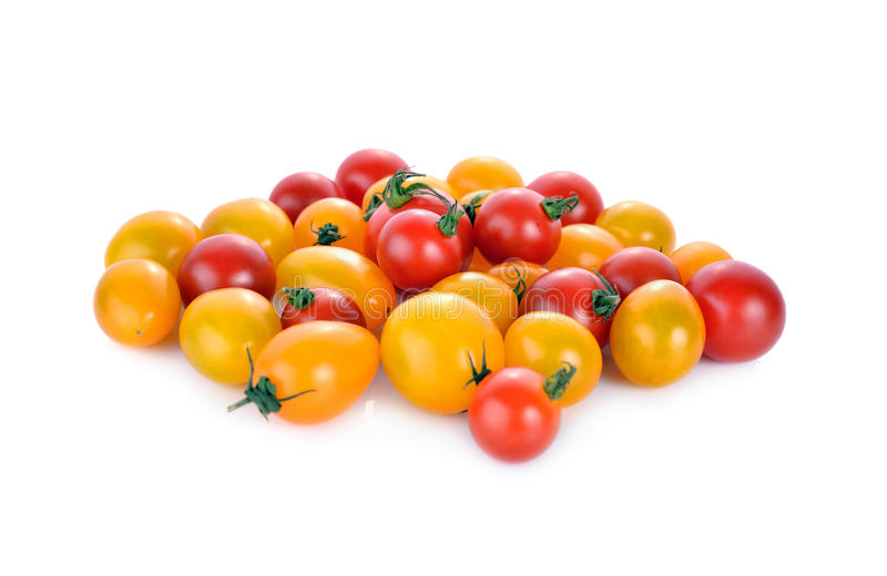 Pilha do tomate de cereja vermelho e amarelo fresco no fundo branco foto de stock